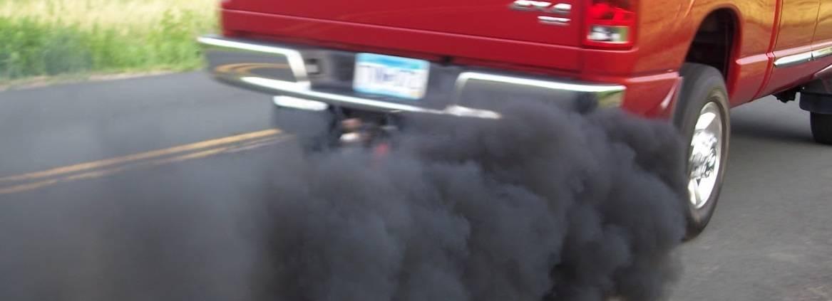 Prečo mi z výfuku ide čierný dym?